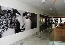 Madonna_Hard_Candy_Fitness_Mexico_center_inside_081
